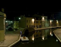 Comacchio (Fe) – L'illuminazione artistica del centro storico lungo i canali